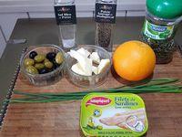 1 - Laver l'orange et récupérer le zeste. Presser l'orange et réserver le jus. Passer les olives vertes et noires dénoyautées au mixeur pour le hacher assez grossièrement. Egoutter les sardines sur du papier absorbant, les mettre dans un bol, ajouter le beurre mou, poivrer et saler. Ecraser à la fourchette. Incorporer les olives, bien mélanger.