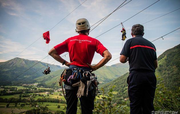 Pyrénées-Atlantiques (64) - Les pompiers et les gendarmes interviennent pour une personne bloquée par des lignes électriques haute tension