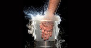 Plonger sa main dans de l'azote liquide… pour démontrer l'effet Leidenfrost !