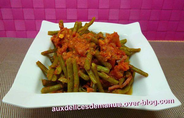 Haricots verts à la tomate, thon et bacon