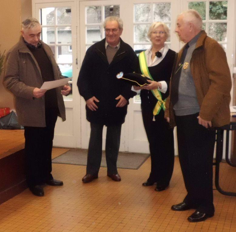 Le Président Louis LAUSEIG, Administrateur National de la S.E.N.M.M. et Marie-Claire ALQUIE, recevant les dipômes des Dames d'Entraides.