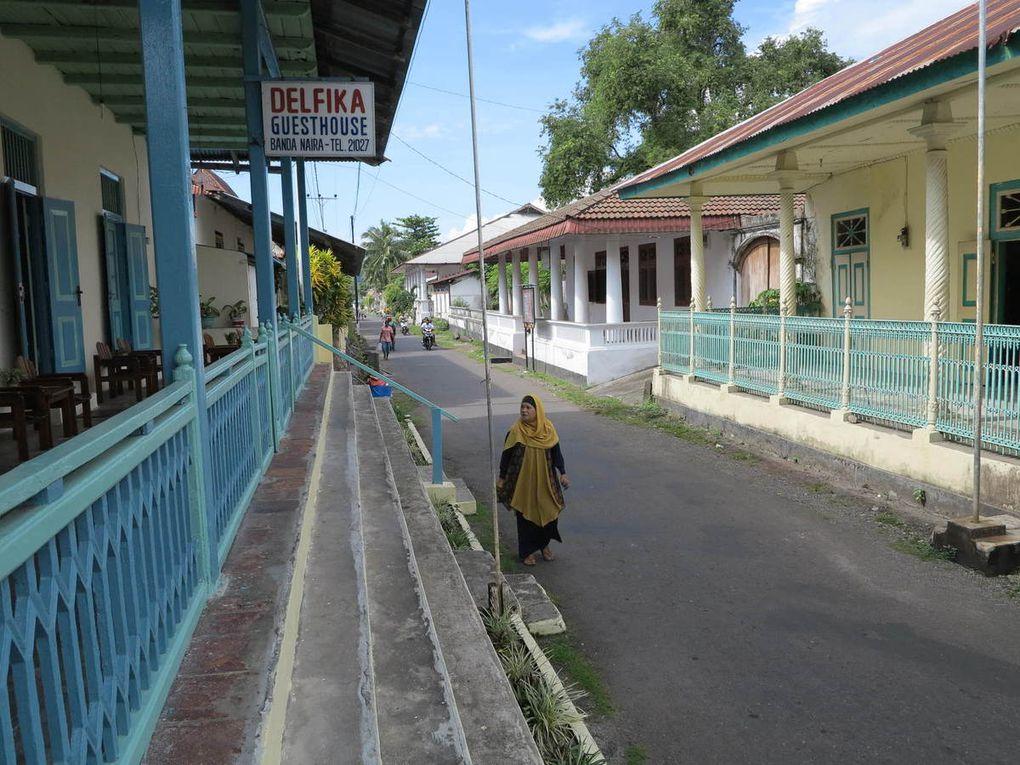 vers les îles Banda, arrivée à Banda Neira, Moluques.