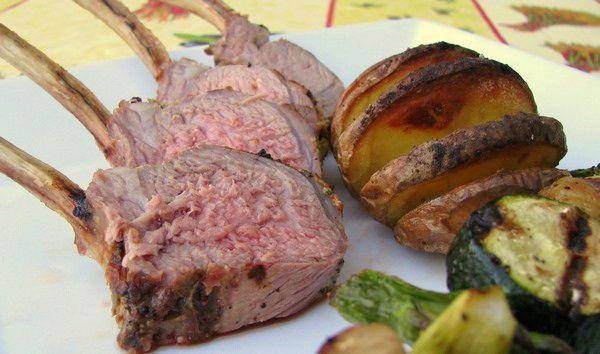 Carré d'agneau à la moutarde sur le barbecue
