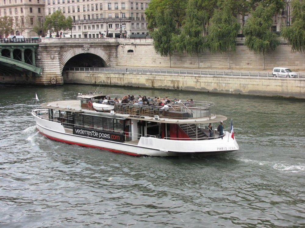 Bateaux sur la Seine à Paris.C'est en 1867 qu'ils font leur apparition à Paris sur la ligne de bateaux à vapeur qui relie le pont de Bercy au viaduc d'Auteuil.
