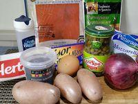 1 - Mettre à cuire les petites pommes de terre avec la peau dans une casserole d'eau salée pendant 10 à 15 mn. Pendant ce temps,peler les oignons et les émincer. Découper le boule de mozzarelle en tranches. Une fois cuites, peler les pommes de terre et les détailler en rondelles.