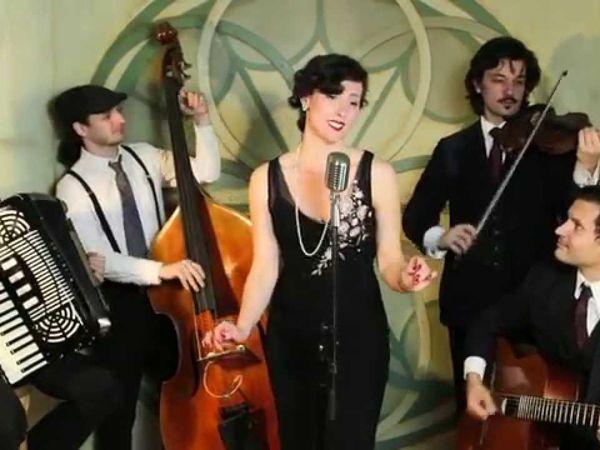 jolie môme, un groupe basé à New-York sur Édith piaf et la chanson réaliste des années 1920 à 1950, une atmosphère parisienne au son de l'accordéon