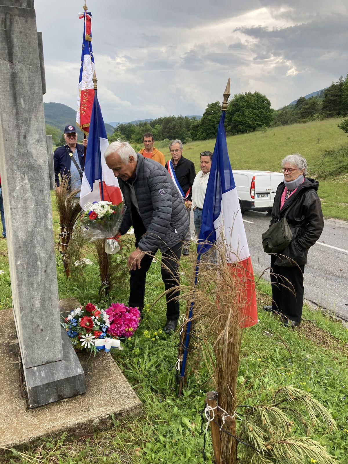 Moriez: Dépôts de gerbe devant les monuments de la Résistance