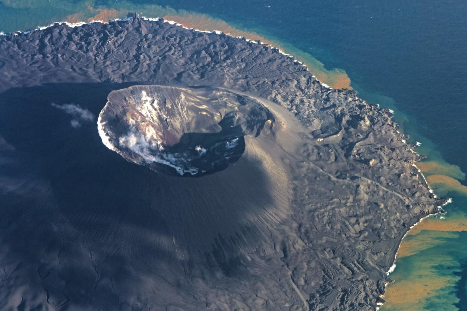 Nishinoshima - the crater active on 10/28/2020 / 3:17 p.m. - overflight by the Japan Coast Guards