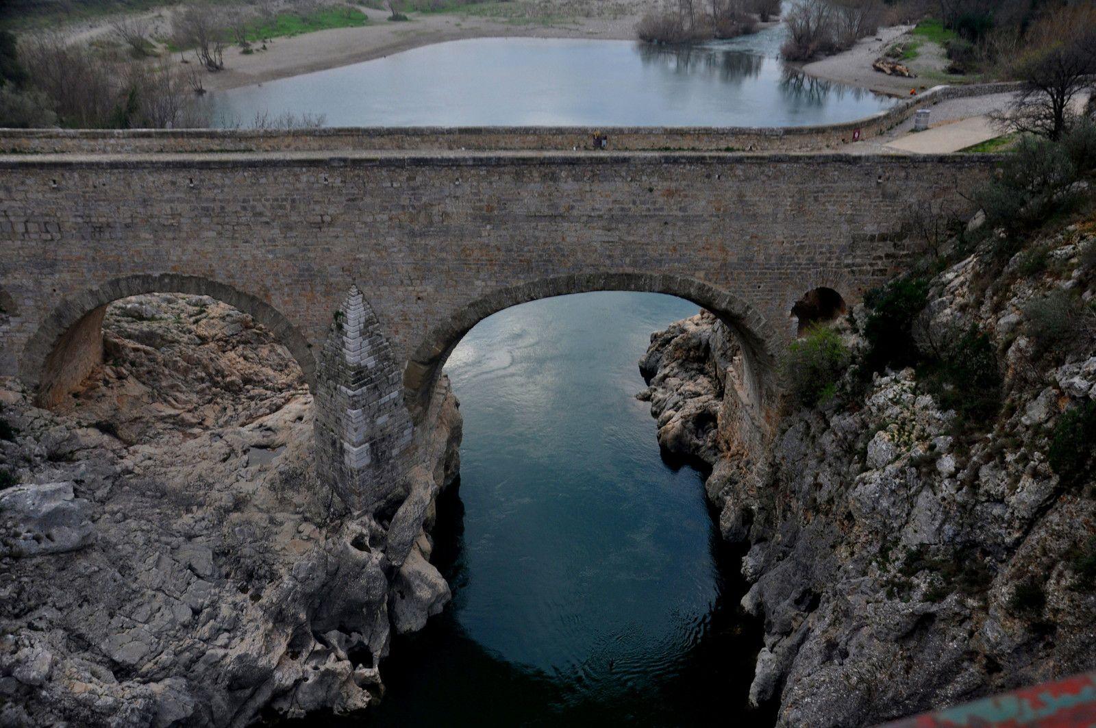Sur le pont de la route sur le pont du diable.
