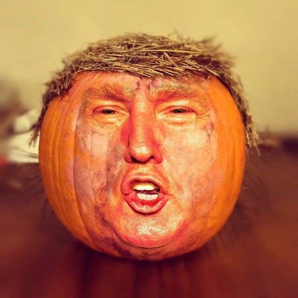 """Actualité oblige, nos amis américains (ceux qui ont de l'humour), ont inventé le """"Trumpkin"""" ! Il a l'air aussi odieux qu'au naturel... Malheureusement, l'odieux vient d'être élu et n'a pas d'humour apparemment. Mon pôv Américano, que va-t-il t'arriver ????"""