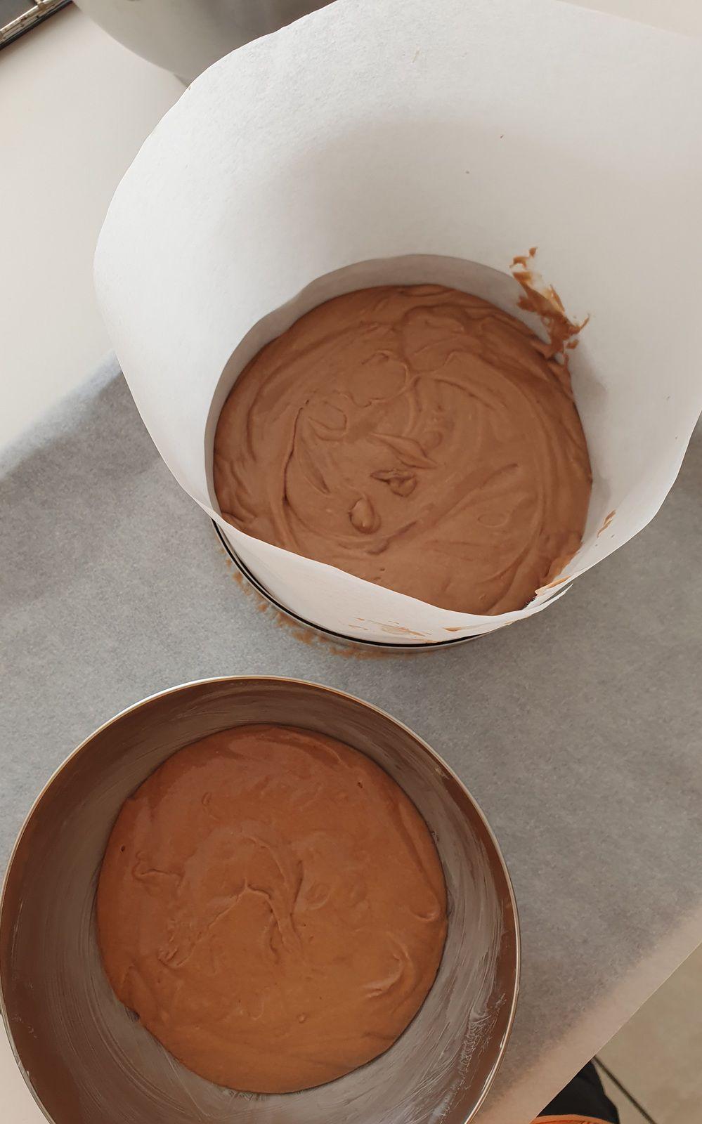 pâte choco et chantilly mélangées et répartiton dans les moules