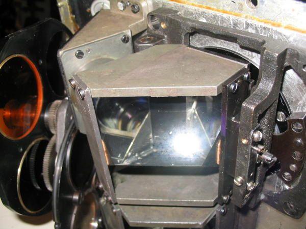 Toutes les étapes de démontage pour dégripper et nettoyer le système d'écartement interoculaire des 20X110. Un conseil, ne jamais toucher les surfaces optiques avec un corps gras.