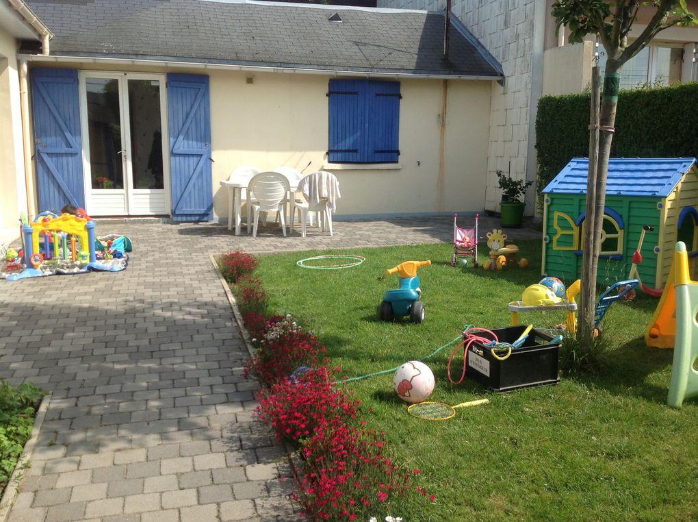 Jeux dans le jardin sous le soleil