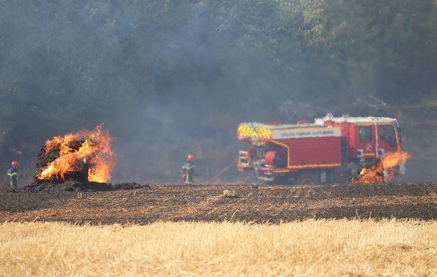 Andelot (52) - 25 pompiers engagés pour un feu de chaumes et de bottes de pailles