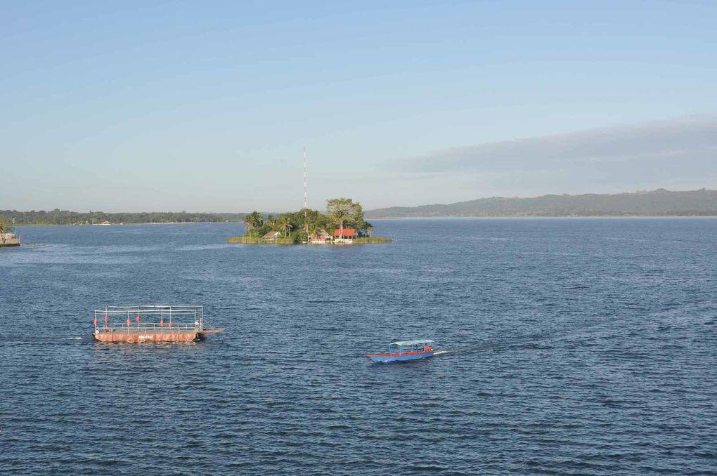 Au bord du lac Peten :Isla de Flores
