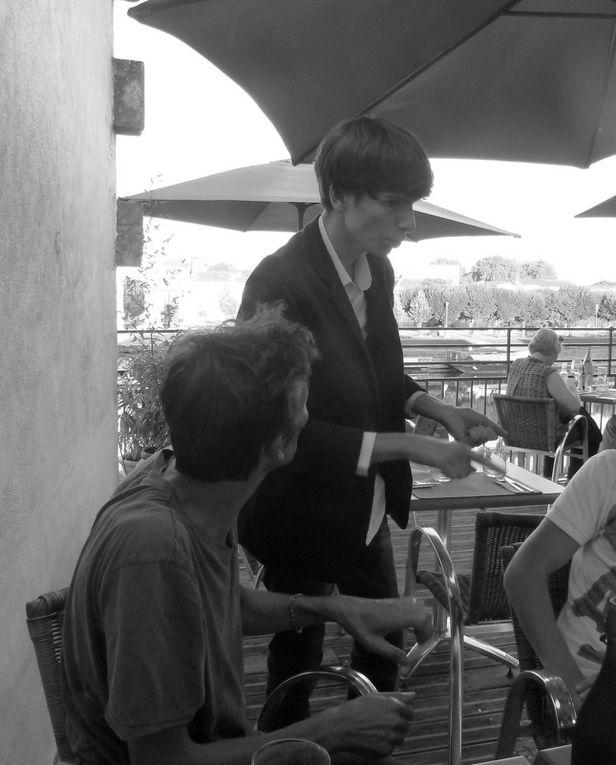 """Une super soirée au restaurant- bar... """" La terrasse """" avec en ouverture de rideau et jusqu'au Champagne... émoticône smile émoticône smile Alex le magicien et Axelle son assistante. Bonne humeur et une très bonne impression sur les clients du restaurant de Morgane et de Romain. De nombreux amis étaient venus entourer Alex pour sa grande première à Saintes. Que des heureux, surtout les enfants, merci Alex & Axelle pour eux."""