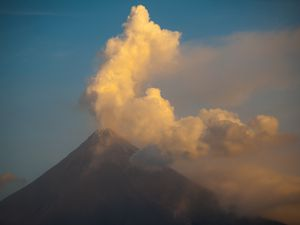 Mayon - diurnal activity and lava flow front - photos © Thierry Sluys / 01-07.02.2018
