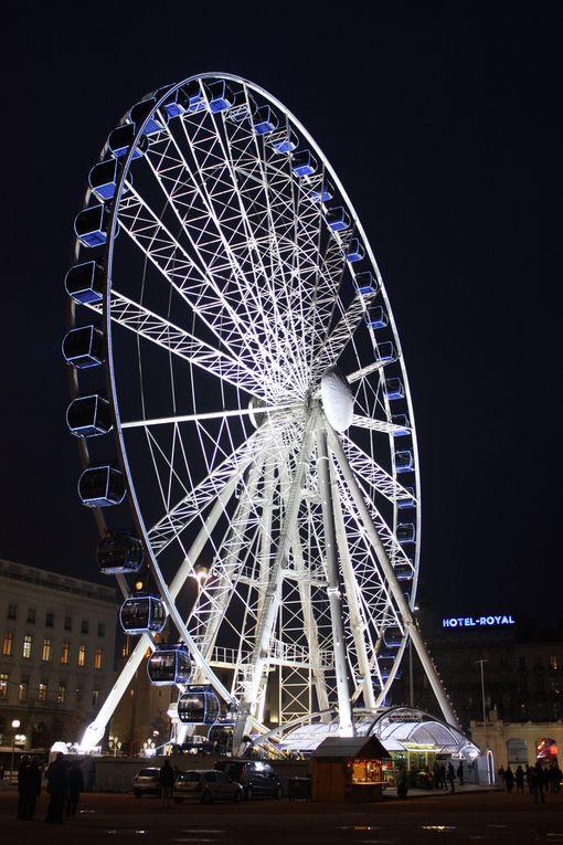 Lyon, la Grande Roue de la Place Bellecour (60 mètres de haut), dans l'après-midi du vendredi 2 décembre 2006 et la nuit du 31 décembre 2010. Photos: Emmanuel CRIVAT
