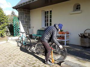 Préparation des vélos et départ imminent. (Merci pour les photos).
