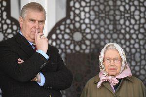 Elizabeth II sous le choc : le prince Andrew accusé d'avoir participé à des orgies avec des filles mineures