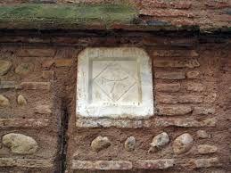La fontaine - En face la maison du musicien et guitariste De Fossa - La croix des Templiers