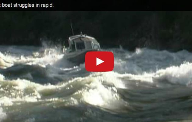 VIDEO - un canot à moteur remonte des rapides déchaînés