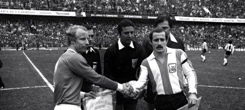 Jorge Carrascosa con Berti Vogts e l'arbitro Coelho nel '77 prima di un'amichevole Argentina-Germania