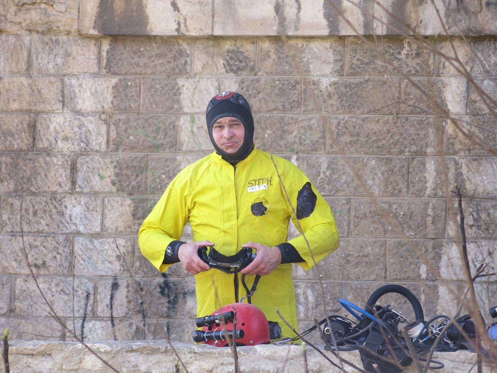 Stéphane se prépare pour filmer Philippe pendant le début de la plongée