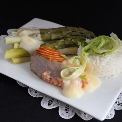 Pavé de saumon, asperges vertes et sauce citronnée