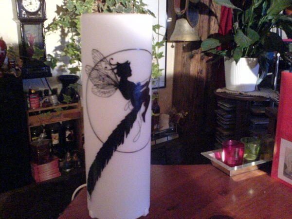 <p>Lampes faites &agrave; la&nbsp;main&nbsp;(&nbsp;armature de la lampe en bois peint )</p> <p>ou peinture sur c&eacute;ramique et verre.</p>