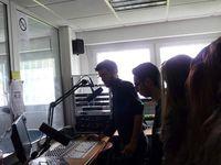 Pendant que les uns découvrent le studio d'enregistrement, les autres procèdent aux derniers ajustements...
