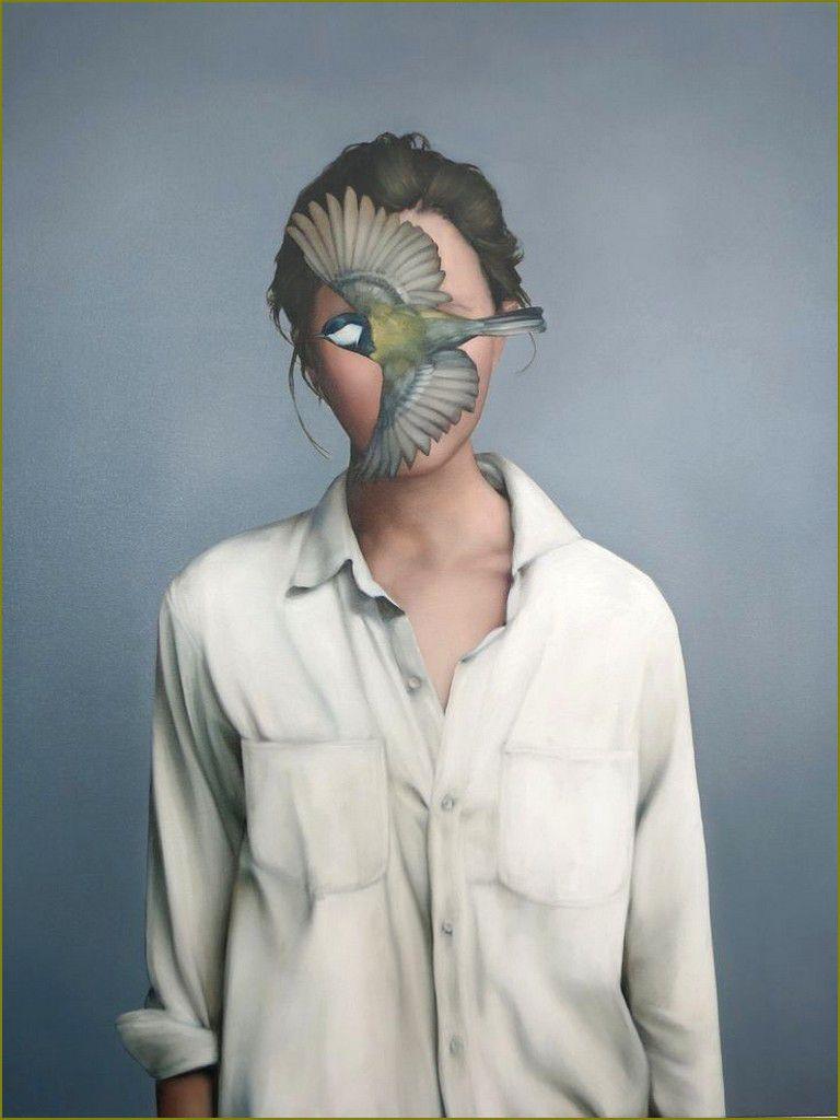 Femme et oiseau en peinture