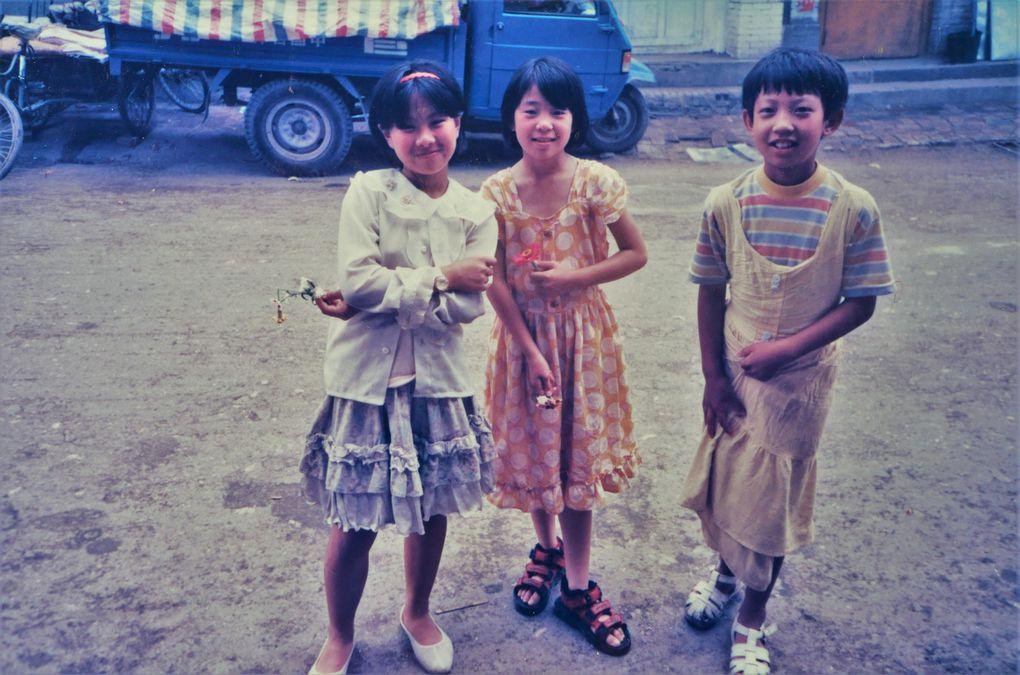 Nouvelle ( petite ) série: les Chinois sont sympas ! C'était il y  a 21 ans, et c'est certainement encore vrai: contrairement aux préjugés qui fleurissent sous couvert de covid, ils sont souriants, attachants et tournés vers l'avenir.  Dernière dia: elle pilote un bateau.