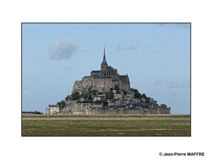 Entre la Normandie et la Bretagne se trouve la « merveille de l'Occident », abbaye bénédictine de style gothique dédiée à l'archange Saint-Michel qui domine son village entouré de remparts.