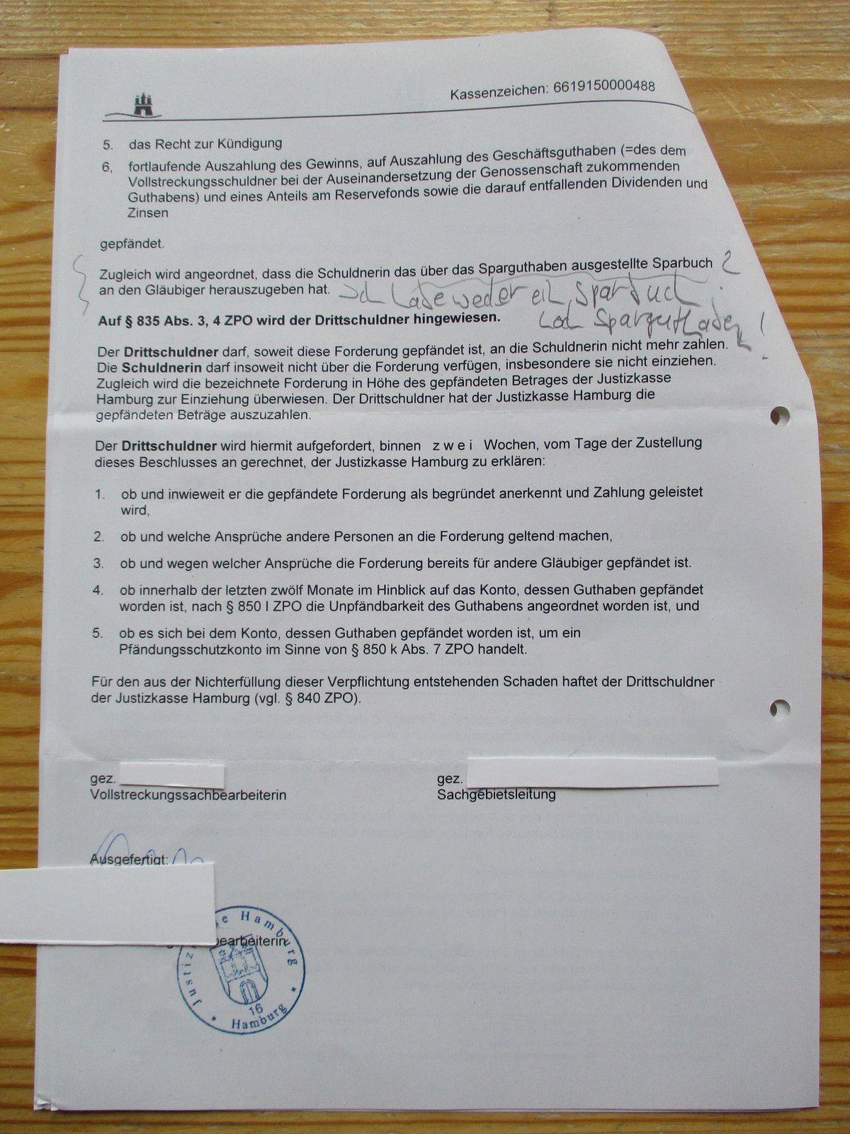 PfÜB der Justizkasse Hamburg, Seite 1 und 2. Ich muss selbstverständlich alle Namen und Aktenzeichen unkenntlich machen, um nicht erneut in Teufels Küche zu kommen. Ex scannt/kontrolliert ja nach wie vor meinen blog, mein fb-Profil und meinen twitter-account.