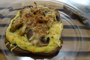 Tartines d'œufs au thon, champignons et gratinées