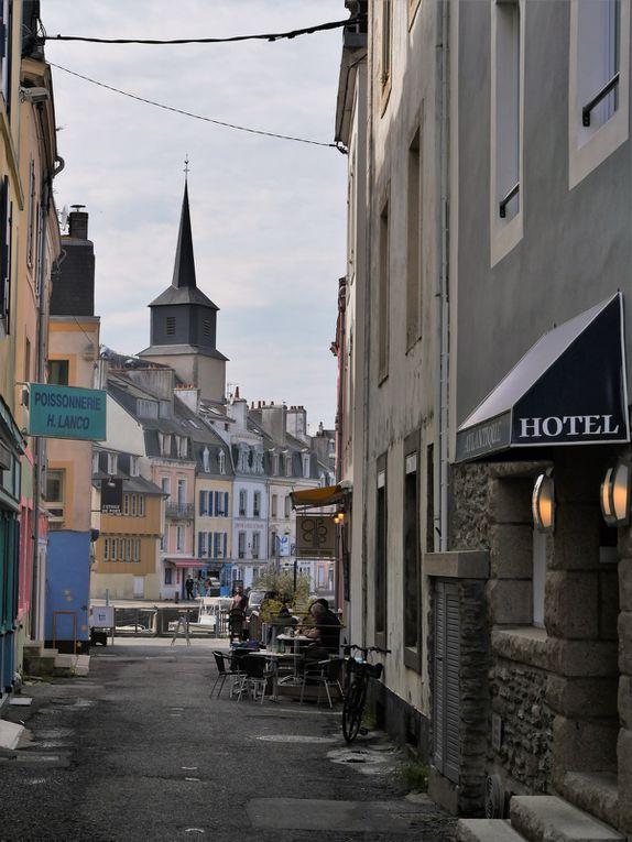 """On quitte Port-Marie à Quiberon pour Le Palais - """" capitale"""" de Belle-Ile en mer -  et sa citadelle de Vauban. De nombreuses voitures débarquent, l'île étant bien plus grande que Groix."""