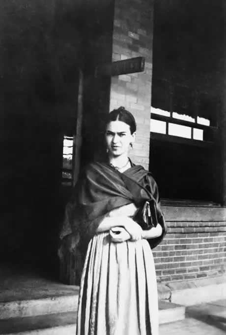 Frida Kahlo sous le panneau indiquant l'emplacement réservé pour les personnes de couleur, à Laredo, Texas, 1932. — Lucienne Bloch