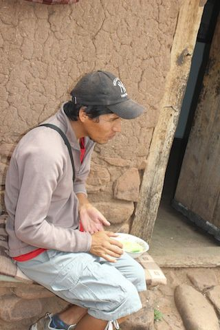Déjeuner de la soupe de Mani dans une maison de village