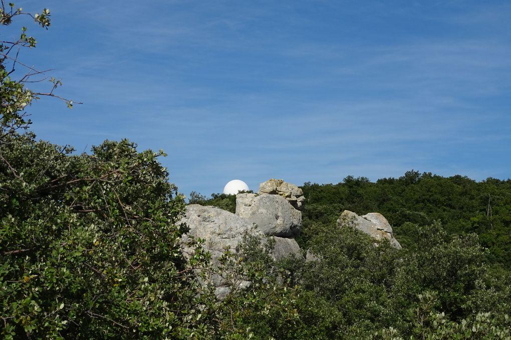 Derrière les rochers : la station météo près de laquelle nous sommes passés.