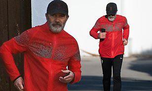 Antonio Banderas, 59 ans, enfile des vêtements de course en lycra alors qu'il se dirige vers un jogging près de sa maison de Marbella ... en suivant les règles de verrouillage détendues de l'Espagne