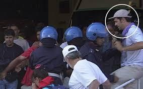 A sin, il premier greco Tsipras durante una colluttazione con la polizia nel 2001. A destra, nel corso di una manifestazione di partito