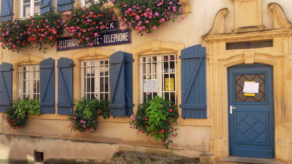 Malgré la chaleur de cet été, le village est resté bien vert et bien fleuri......