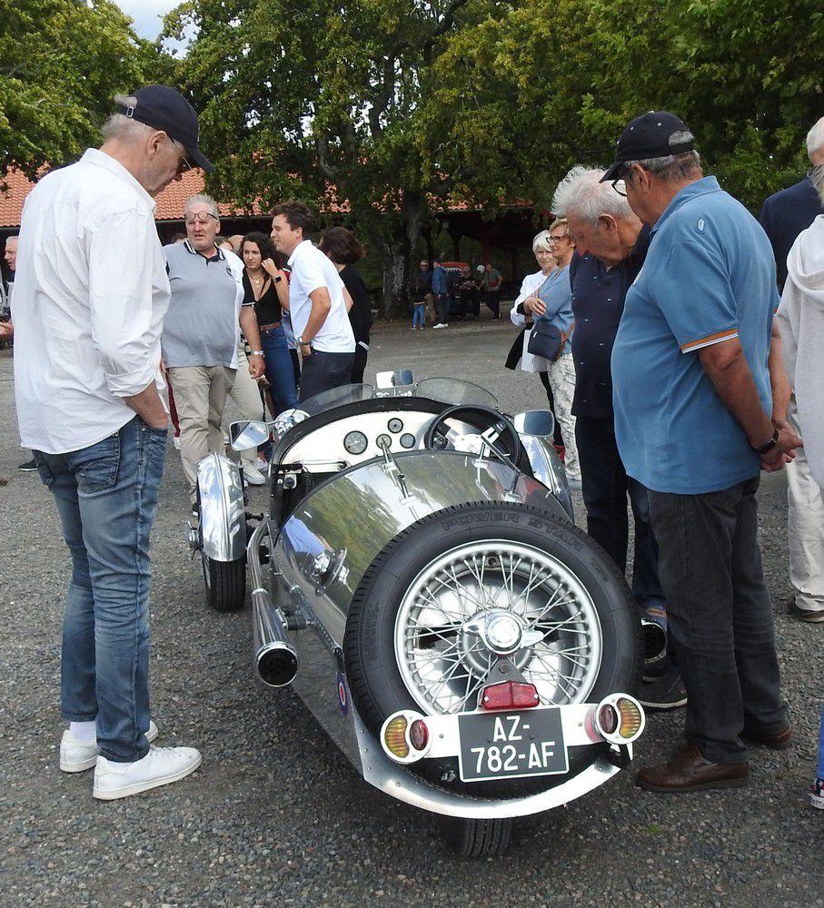 Une étrange voiture britannique à 3 roues...