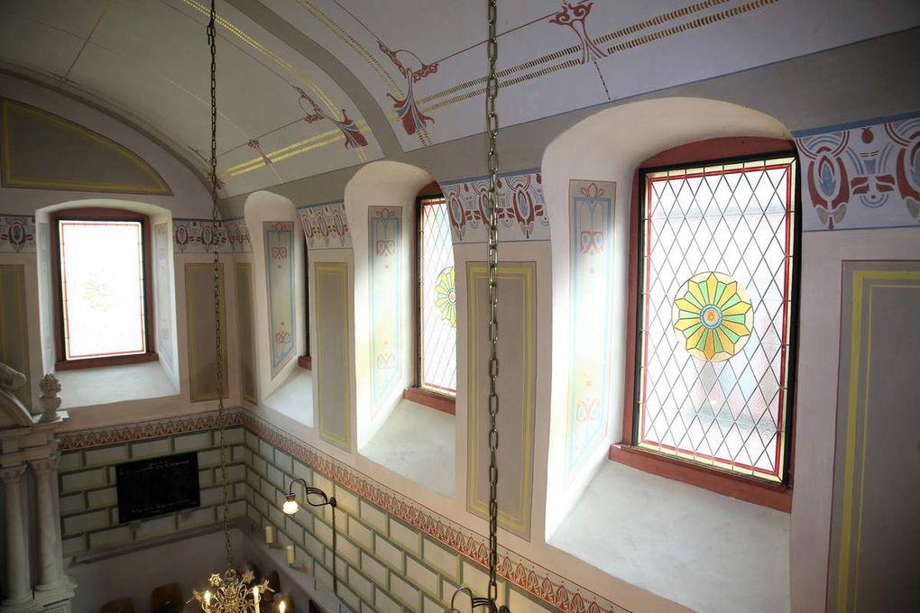 Die Wandmalerei in Jugendstilelementen zu Beginn des 20. Jahrhunderts wurde über den originalen Resten neu aufgetragen. Zwei Fenster auf der Südseite sind noch Originalfenster.