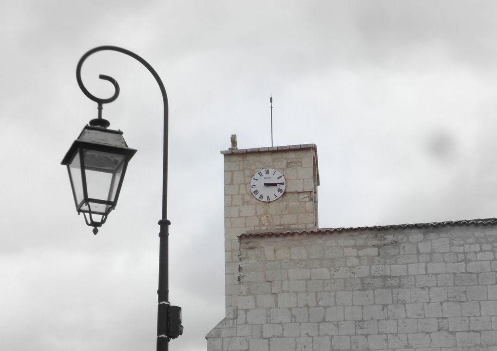 Joli et calme village de Saintonge, construit aux pieds du viaduc et à peu de distance de tunnel de Fontcouverte, dit aussi de Lormont. On peut remarque un superbe graffiti provenant certainement d'une structure très ancienne (la preuve en est qu'il est seul à cet endroit), mais reste à la déchiffrer.