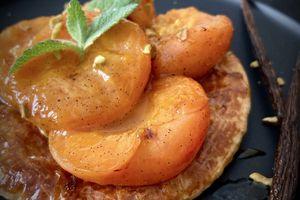 Tartelettes abricots caramélisés au vinaigre balsamique à la vanille et éclats de pistaches