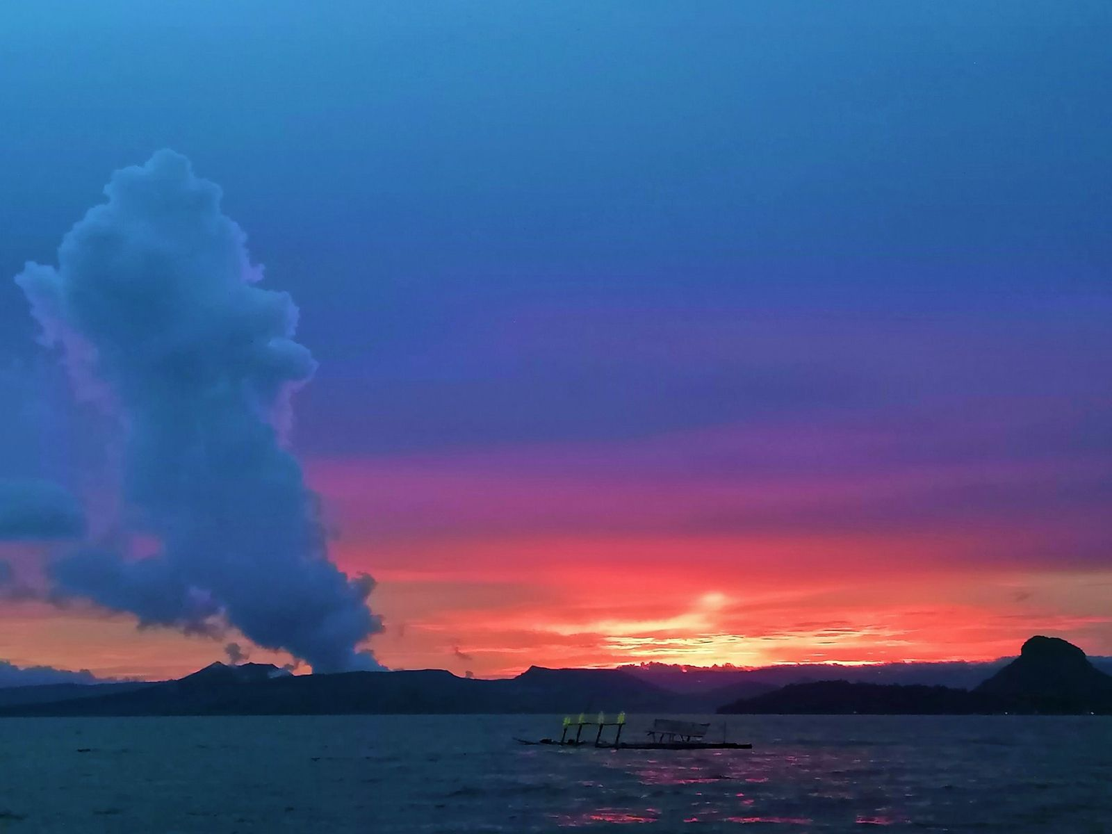 Taal - gas and steam plume - photo Paleny Paleny 05.09.2021