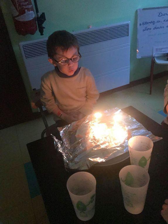 ACCUEIL DE LOISIRS: ce matin, visite surprise à la M.J.C, pour le plaisir de tous, petits et grands (sauf certains qui ont déjà perdu la magie de noël), les lumières, les cadeaux, belle occasion pour souhaiter l'anniversaire de Luka et Lounéa😍 Belle fête de fin d'année à tous