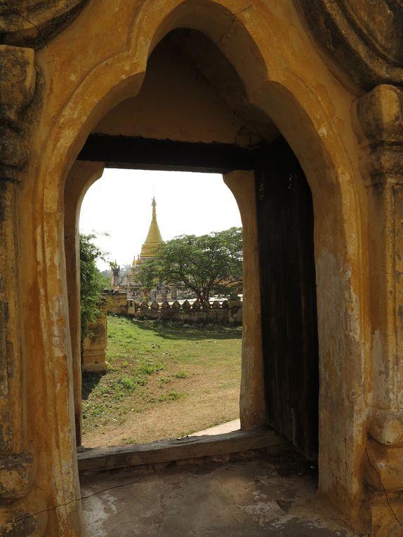 A Mandalay vivent des milliers de moines boudhistes; ils prennent un seul repas par jour, étudient les textes  sacrés, et accueillent volontiers les voyageurs de passage.  Le charme de la Birmanie, ce sont les Birmans ! Ils essaient toujours de rendre le séjour des visiteurs le plus agréable possible; n'oublions pas que, pendant des années, il leur était interdit de parler aux étrangers dans la rue ! En 2015, avec les avancées de la démocratie, ils se rattrapent... Pour eux, la présence de touristes signifie le retour de la liberté. D'où le sourire et l'accueil incroyablement prévenant et attentionné. Au sud de Mandalay, on peut visiter les ruines des villes royales, Inwa, par exemple.